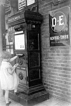 Meisje bij brievenbus van It Alders Erf
