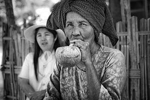 Baghan, MYANMAR, den 12. Dezember 2015 - Stumpen rauchen alte Frau in Baghan. Stumpen ist eine tradi