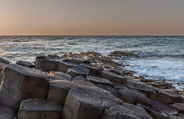 Sonnenuntergang am Giant's Causeway in Nordirland von Maarten Hoek