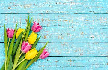 Mooie bos bloemen met verse tulpen op blauw hout van Alex Winter