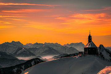 Kapelle in Berglandschaft bei Sonnenuntergang von Oleg-Pitkovskiy-Art