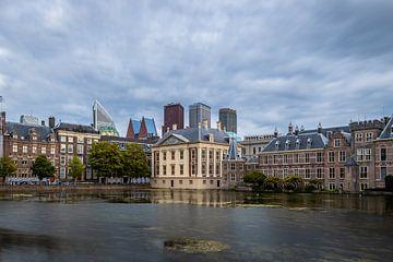 Een mooi wolkendek boven Het Mauritshuis aan de Hofvijver. van Claudio Duarte