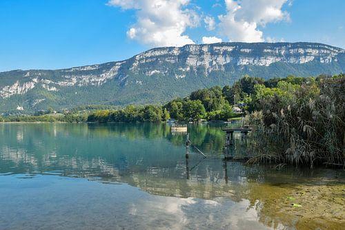 Het meer van Aiguebelette op een vroege avond in September