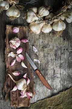 Knoblauchzwiebeln auf Rinde 12506943 von BeeldigBeeld Food & Lifestyle