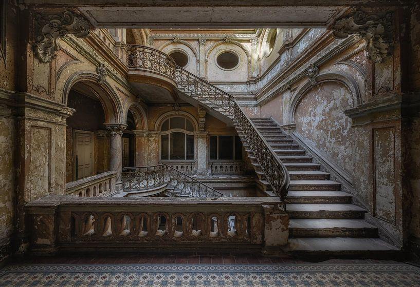 Treppe in einer verlassenen Burg von Wim van de Water