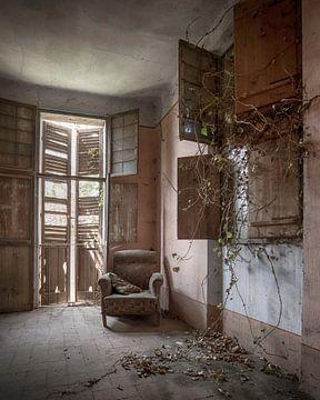 Fauteuil in verlaten villa sur Manja van der Heijden