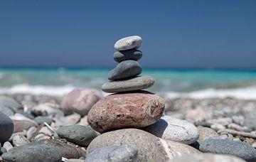 Kleine stenen man op een kiezelstrand van Reiner Conrad