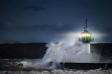 vuurtoren tijdens storm in spetterende nevel 's nachts op de Oostzee, Travemuende in de baai van Lue van Maren Winter