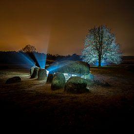 Verlicht landschap met Prehistorisch hunebed in Drenthe van Fotografiecor .nl