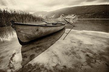 Boot mit Reflexion über einen See von Halma Fotografie
