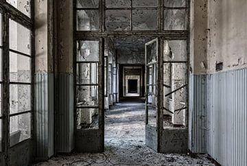 Mysterieuze vervallen ziekenhuis gang  van Beyond Time Photography