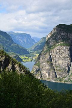 Le soleil à travers les montagnes norvégiennes sur Sander van Deventer