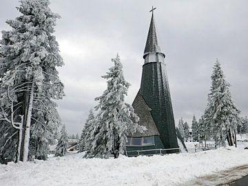 Die Kirche von Rogla in den slowenischen Alpen in einer verschneiten Landschaft. von Gert Bunt