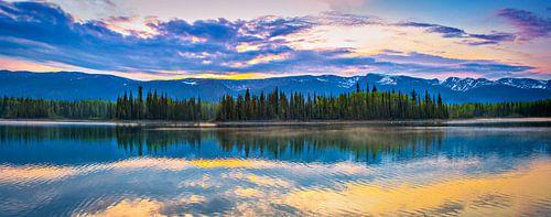 De zon verdwijnt achter de bergen, Boya Lake, Canada