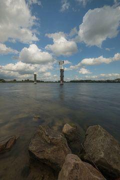 Meerpalen in het water bij Eiland van Maurik van Moetwil en van Dijk - Fotografie