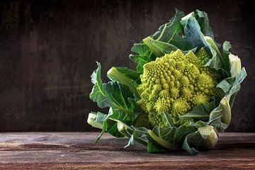 Brocoli Romanesco ou chou-fleur romain sur une table rustique en bois foncé, le légume sain Brassica sur Maren Winter