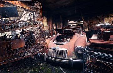 Verlaten Auto in Garage. van Roman Robroek