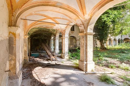 Verlaten Binnenplaats. van Roman Robroek