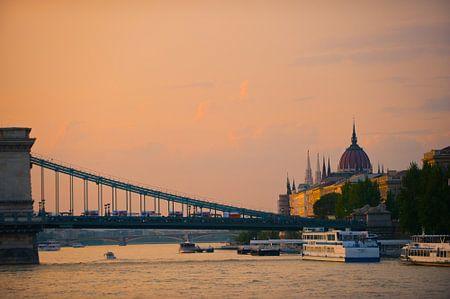 BudaPest brug over Donau von Brian Morgan