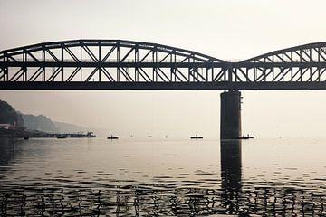 Rajghatbrug over de rivier de Ganges bij zonsopgang. Ook bekend als de Malviya-brug van Tjeerd Kruse