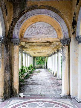 Korridor im verlassenen Bahnhof. von Roman Robroek