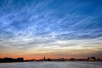 Lichtende nachtwolken boven Deventer van Martin Winterman