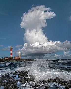 De vuurtoren van El Toston op Fuerteventura, Canarische Eilanden, Spanje. van Harrie Muis