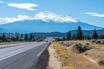Mount Shasta, sneeuwbedekte vulkaan in Californië, VS von Rob IJsselstein