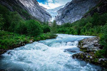 Waterstroom bij de Briksdalbreen gletsjer in Noorwegen van Jayzon Photo