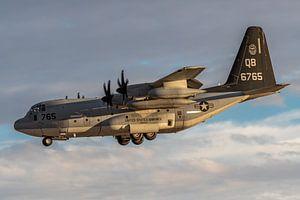 Even een aantal vliegtuigen wezen bijtanken in de lucht! Vliegend tankstation, een KC-130J Hercules,