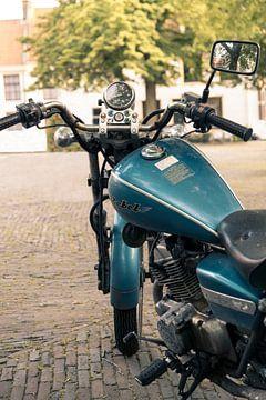 Vintage blauwe motorfiets I Haarlem, Noord-Holland I Close-up I Fotografie van Floris Trapman