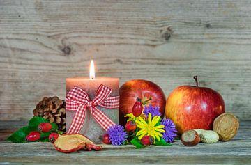 Herfst kleurrijk stilleven met voedsel, bloemen en brandende kaars van Alex Winter