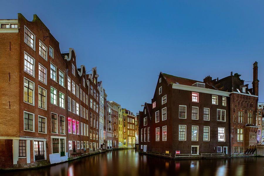 Amsterdam tijdens het Blauwe Uur.  van Jacqueline de Groot