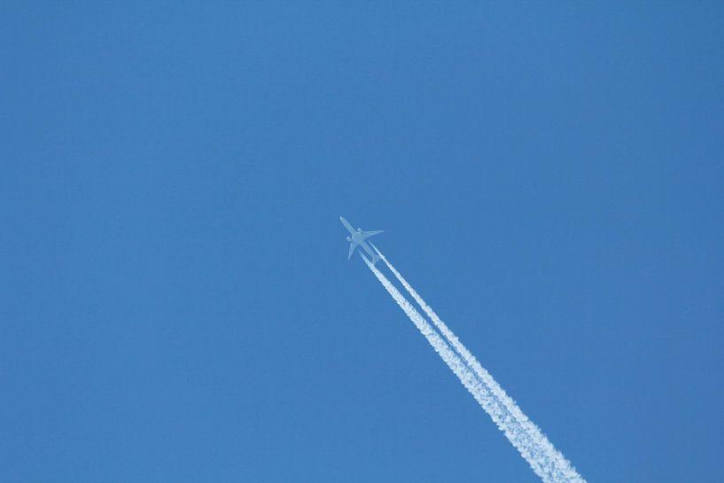 Vliegtuig in de blauwe lucht van Capture the Moment 010