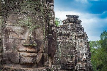 Boeddha's op een rij, Bayon, Cambodja van Rietje Bulthuis