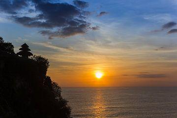 Zonsondergang bij de Ulu Watu tempel op Bali van Marc Venema
