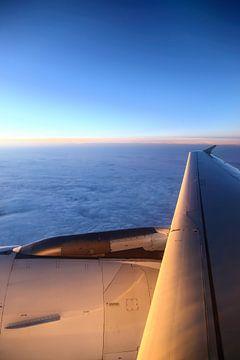 Vliegtuig tijdens zonsondergang van