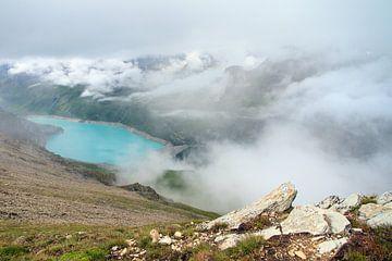 Lac de Moiry met rots in Zwitserland von Dennis van de Water