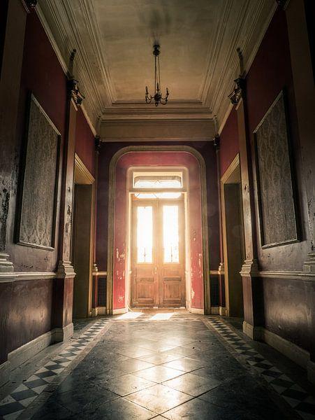 Hal in Verlaten Hotel, België van Art By Dominic