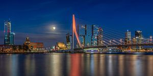 De skyline van Rotterdam met een volle maan van Dennisart Fotografie