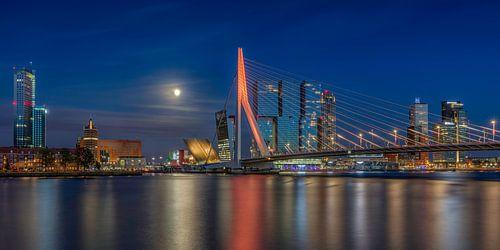 De skyline van Rotterdam met een volle maan
