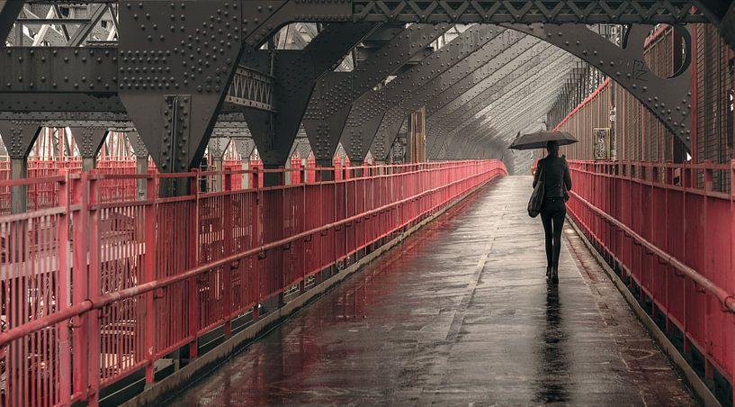 Woman With Umbrella On The Williamsburg Bridge In New York van Nico Geerlings
