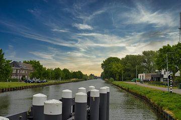 Kijkend over de palen naar de Zuid-Willemsvaart in Weert, Nederland van JM de Jong-Jansen