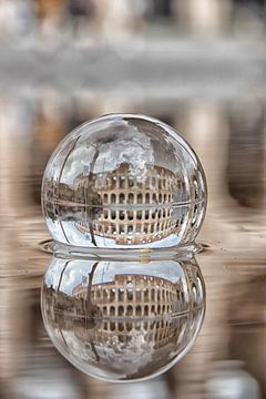 Het colosseum in Rome door een glazen bol van hugo veldmeijer