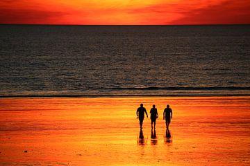 Vlammende zonsondergang op het strand met vrienden. Broome, Australië van The Book of Wandering