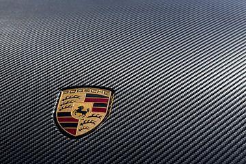 Porsche logo op carbon kofferdeksel van