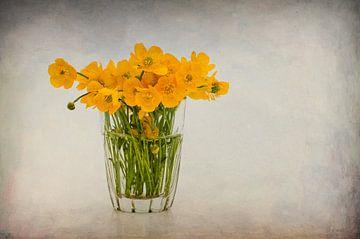 Glaasje met boterbloemen. van Karen Havenaar