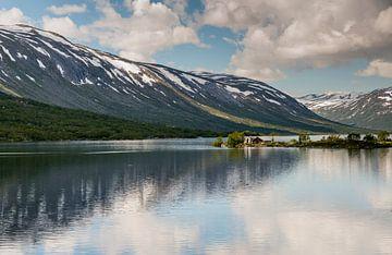 houten huis aan een fjord  van Compuinfoto .
