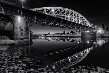 De Arnhemse John Frostbrug in zwart en wit sur Dave Zuuring