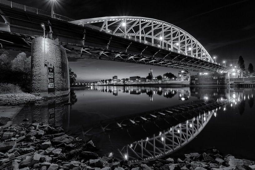 De Arnhemse John Frostbrug in zwart en wit van Dave Zuuring
